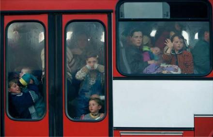 Alexandra Boulat, Transport de Kosovars albanais vers un camp de réfugiés. Macédoine. 1999.